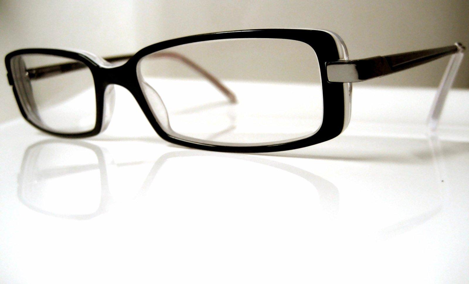 mikrofasertuch Brille auf dem Tisch